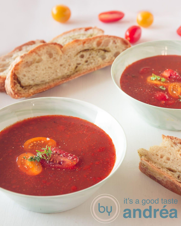 Eenvoudige italiaanse tomatensoep met no knead pesto bread