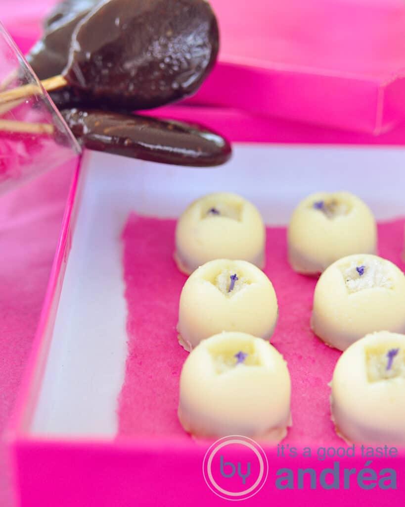 Witte chocola lavendel bonbons en toffee lollies