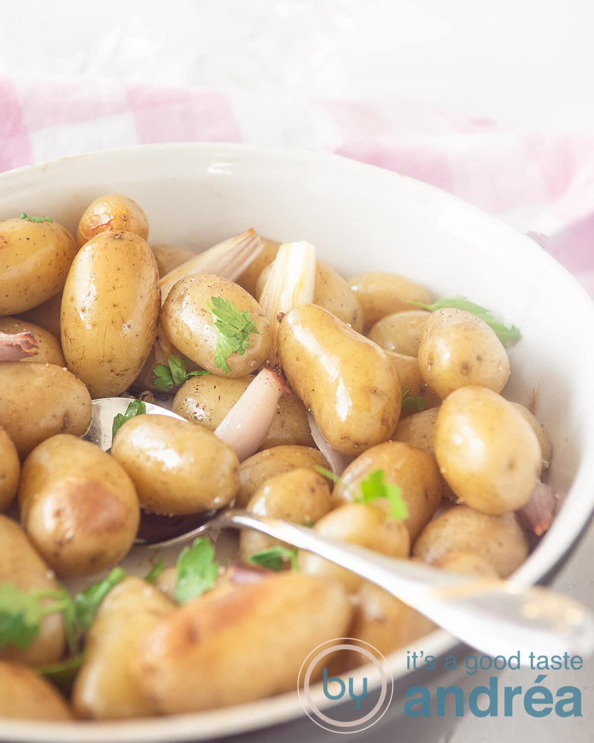 Roast potatoes with thyme, shallots and garlic
