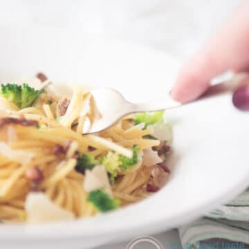 Spaghetti with minced beef, broccoli and bacon