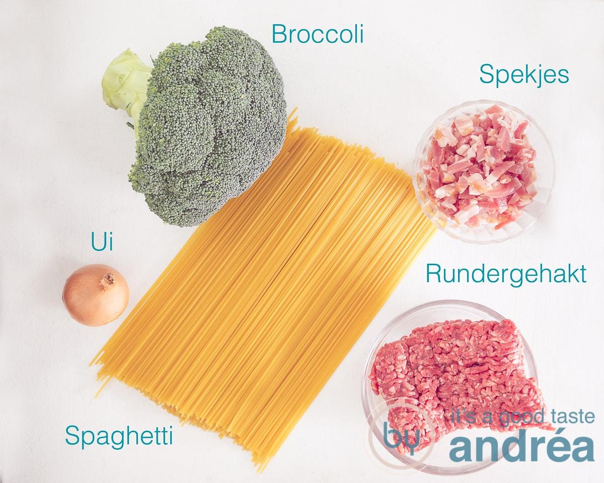 Ingredienten spaghetti met broccoli, bacon en gehakt