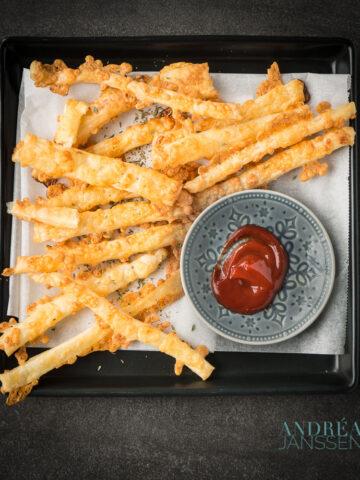 kaasstengels met ketchup