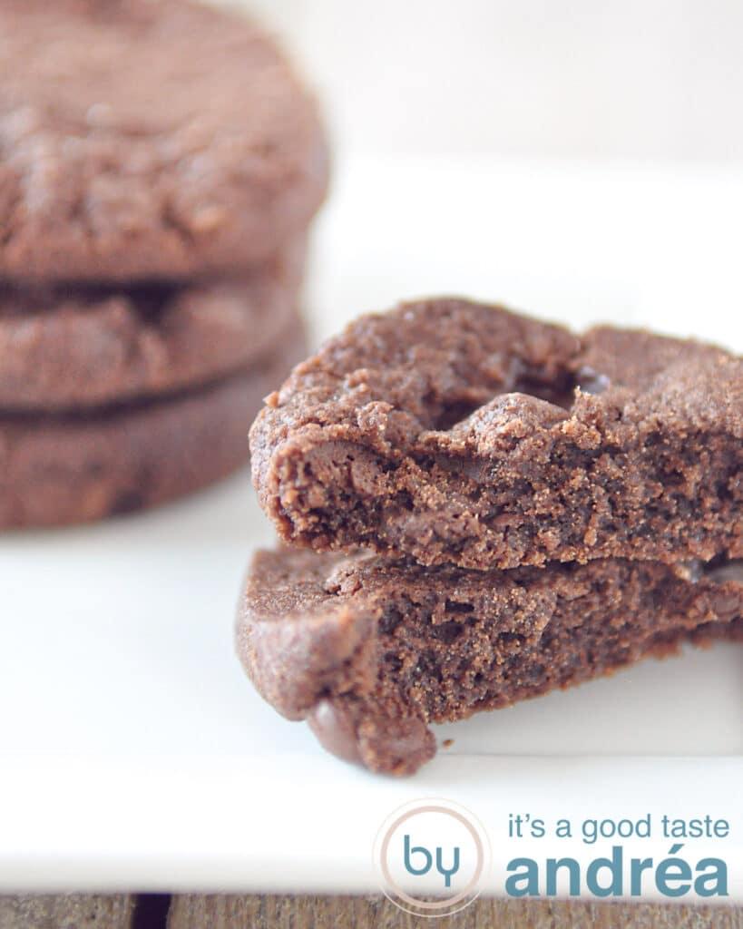 een half koekje met een stapel World peace cookies