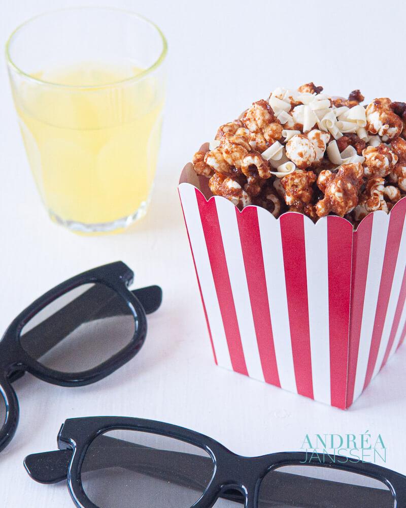 popcorn met karamelsaus en witte chocola