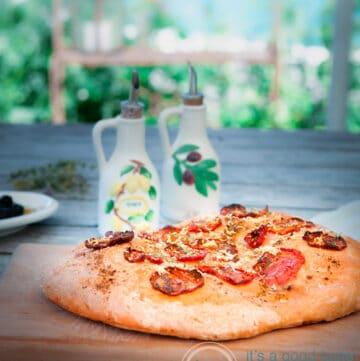 Focaccia met tomaat, Italiaanse kruiden en Parmezaanse kaas-bewerkt