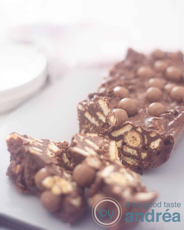 twee stukken arretjescake met Maltesers op een koperen bord