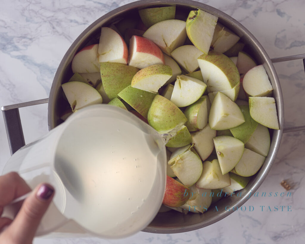 Pour water with the apples