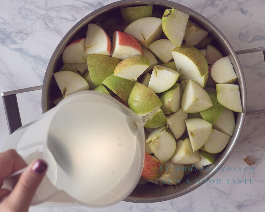 Giet water bij de appels