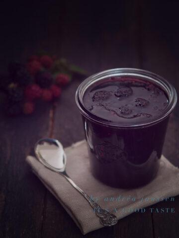 Blackberry jam with oregano