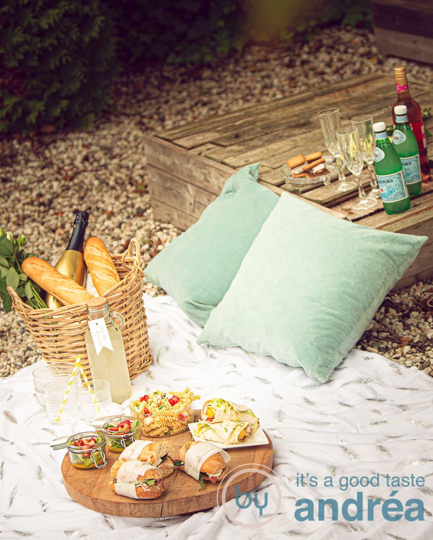 Een heerlijke picknick uitgestald op een kleed