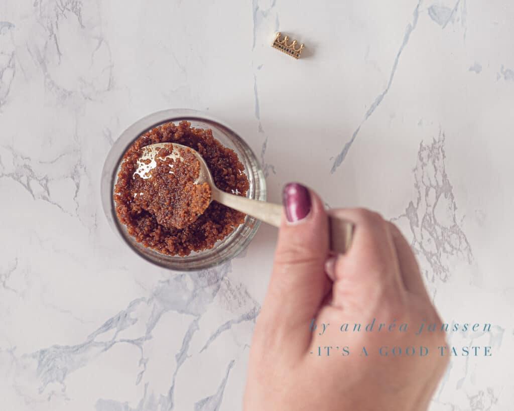 Druk de koek kruimels aan in het glaasje