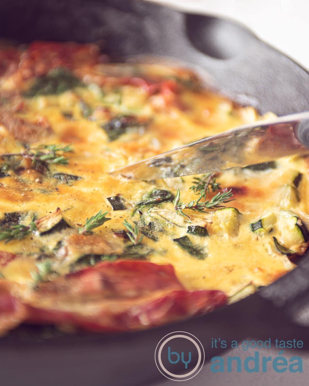 Een pan met Frittata met courgette, spinazie en Parmaham