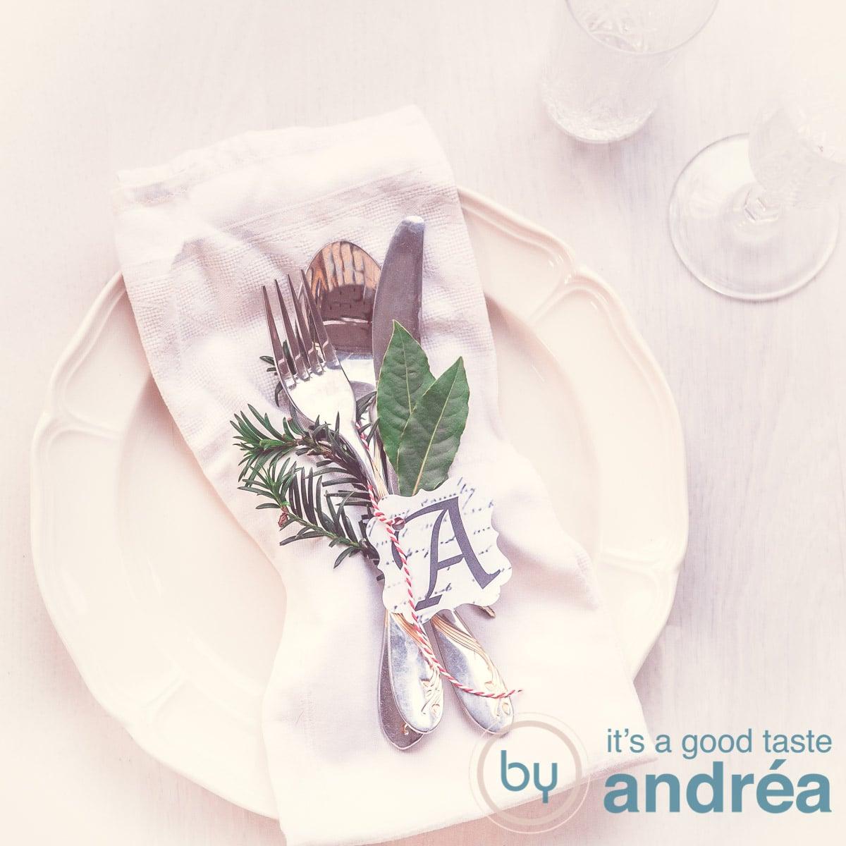 Een mooi opgemaakt bord met bestek en kerstversiering