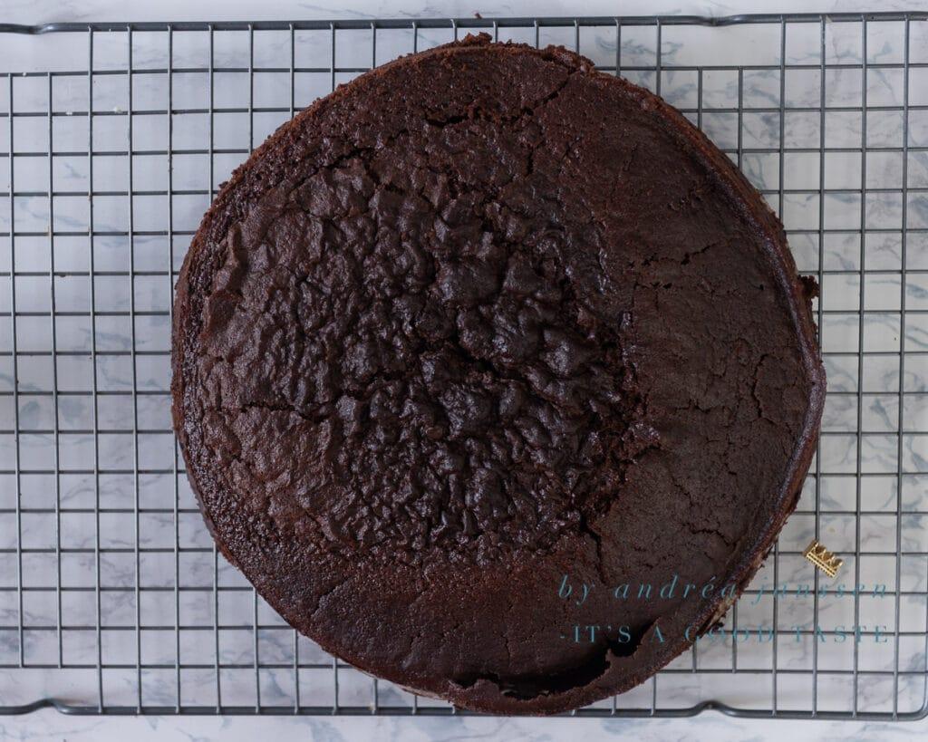 Haal de gebakken chocolade taart uit de oven