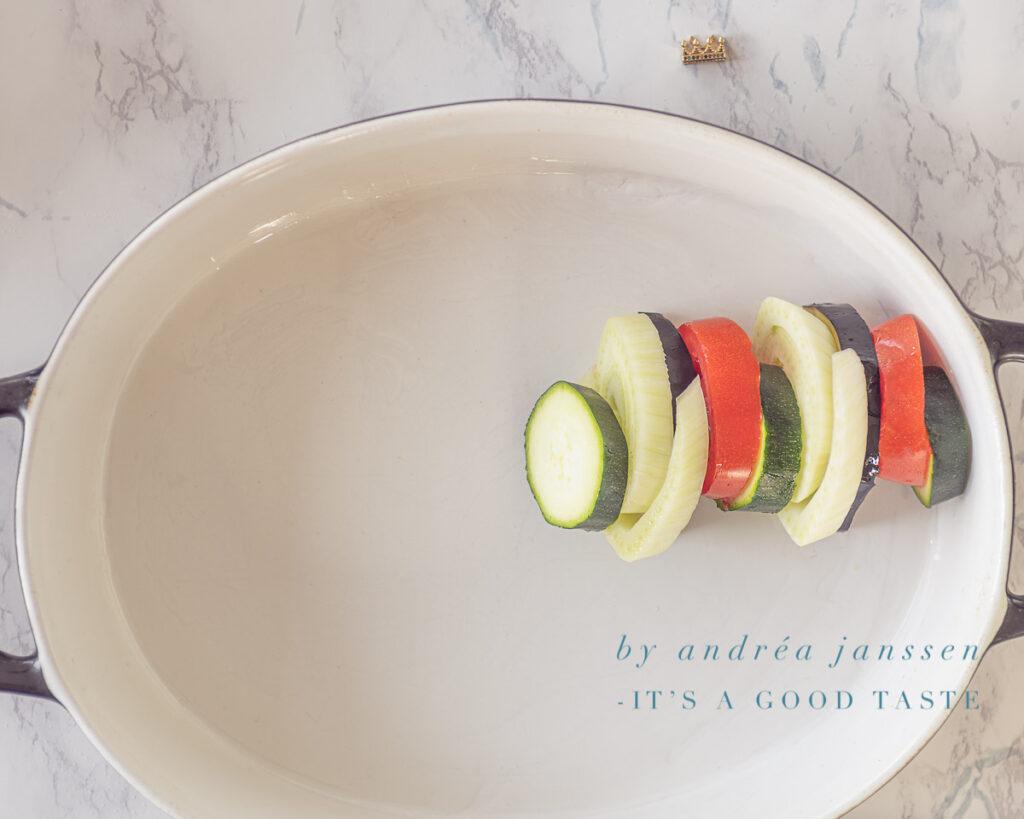 Vul de ovenschaal om en om met de groenten