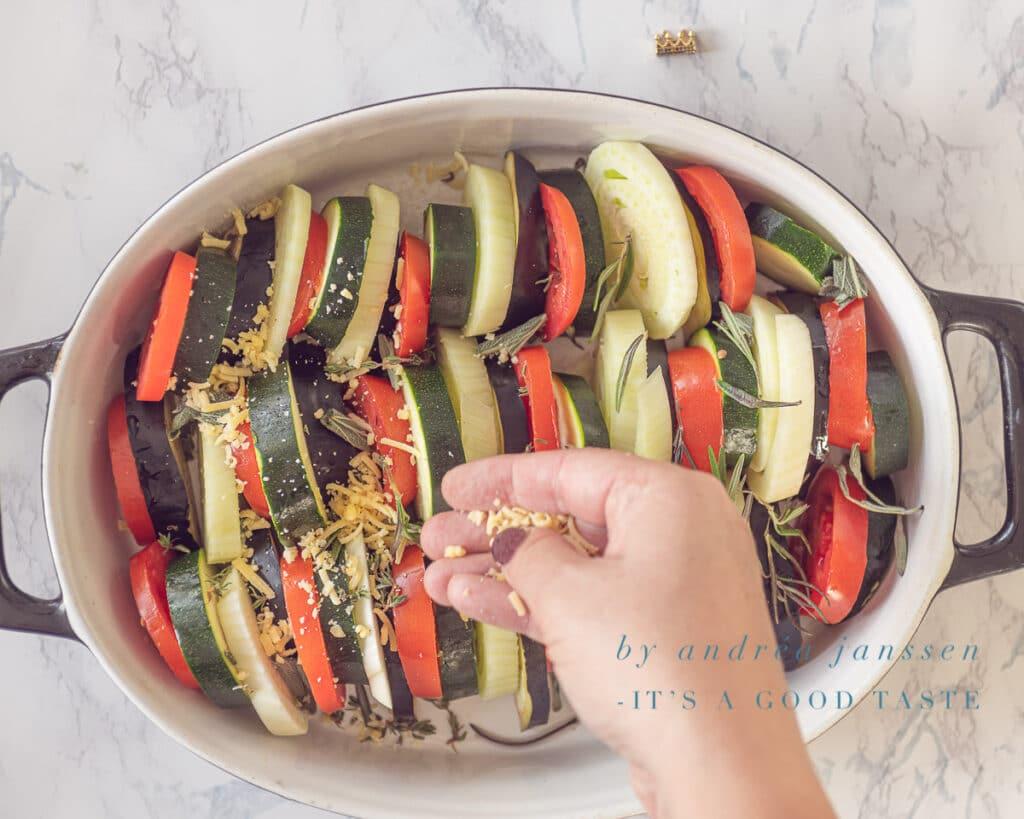 Bestrooi de groenten met oude kaas