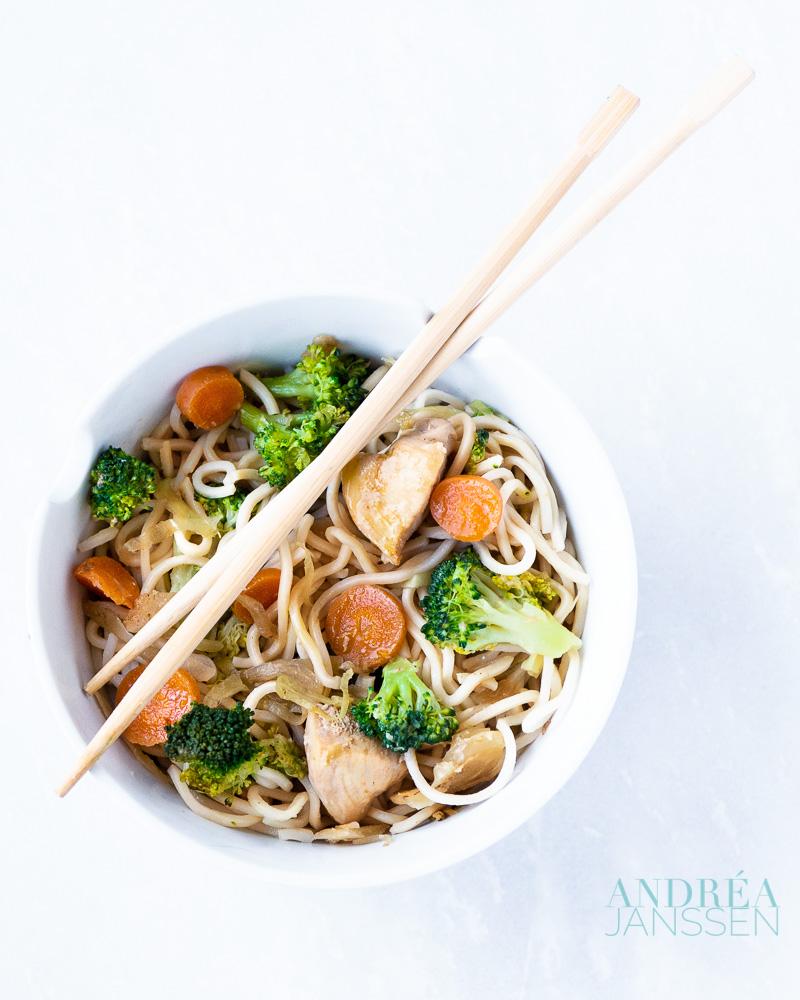 Gebakken eiernoedels met broccoli en wortel