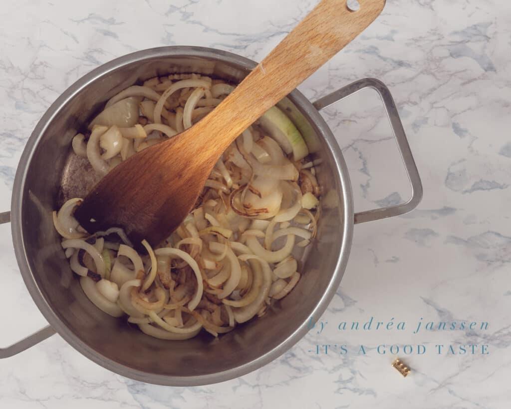 Bak de uien in een pan