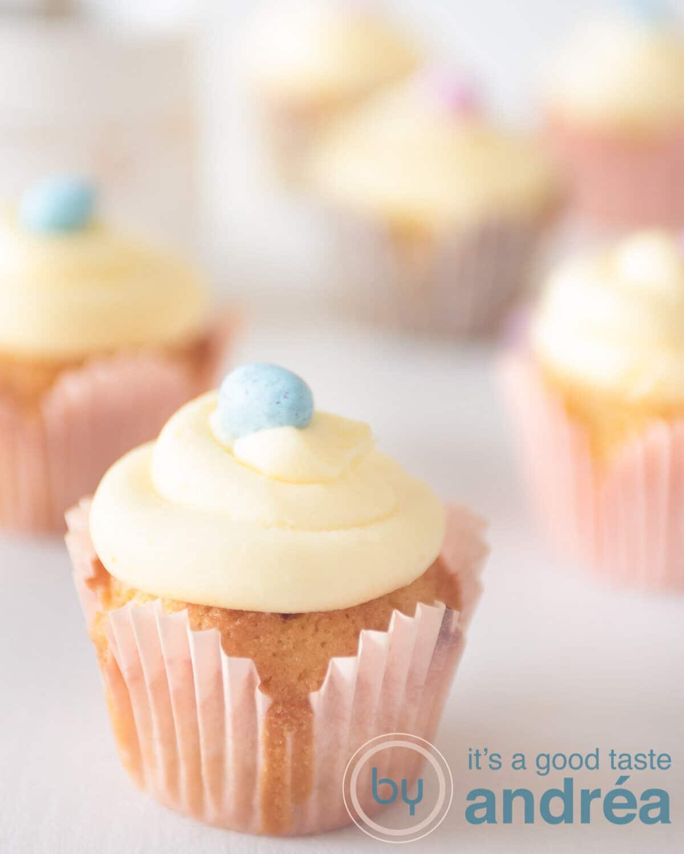 Aan de voorkant een cupcake met botercrime en paasei getopt. Verder naar achteren nog een vijftal cupcakes