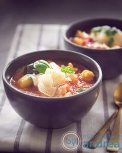 2 kommen met minestrone soep