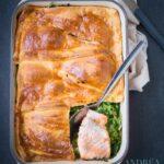 ovenschotel met zalm, spinazie, rucuola en doperwtjes