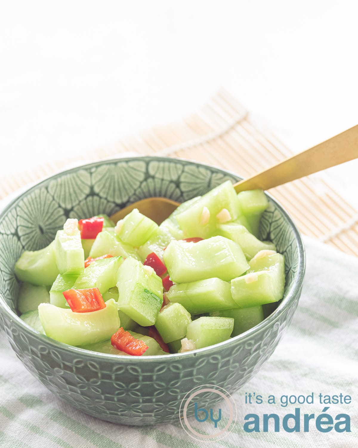 komkommer salade met knoflook en peper - cucumber salad with garlic and pepper