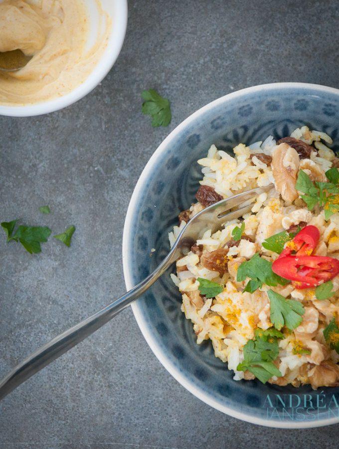 kerrie rijst salade met kipstukjes