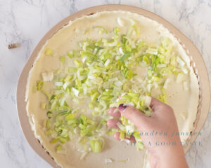 Cover the bottom of the quiche with leek
