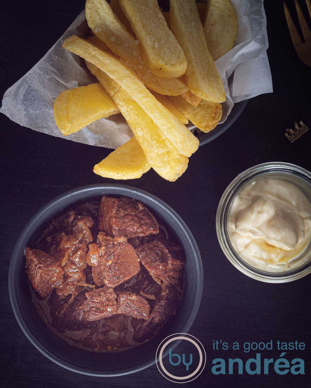 een schaaltje met Vlaams stoofvlees, frietjes en mayonaise van boven