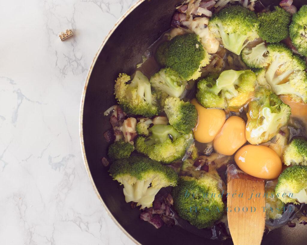 Meng de eieren door de groenten