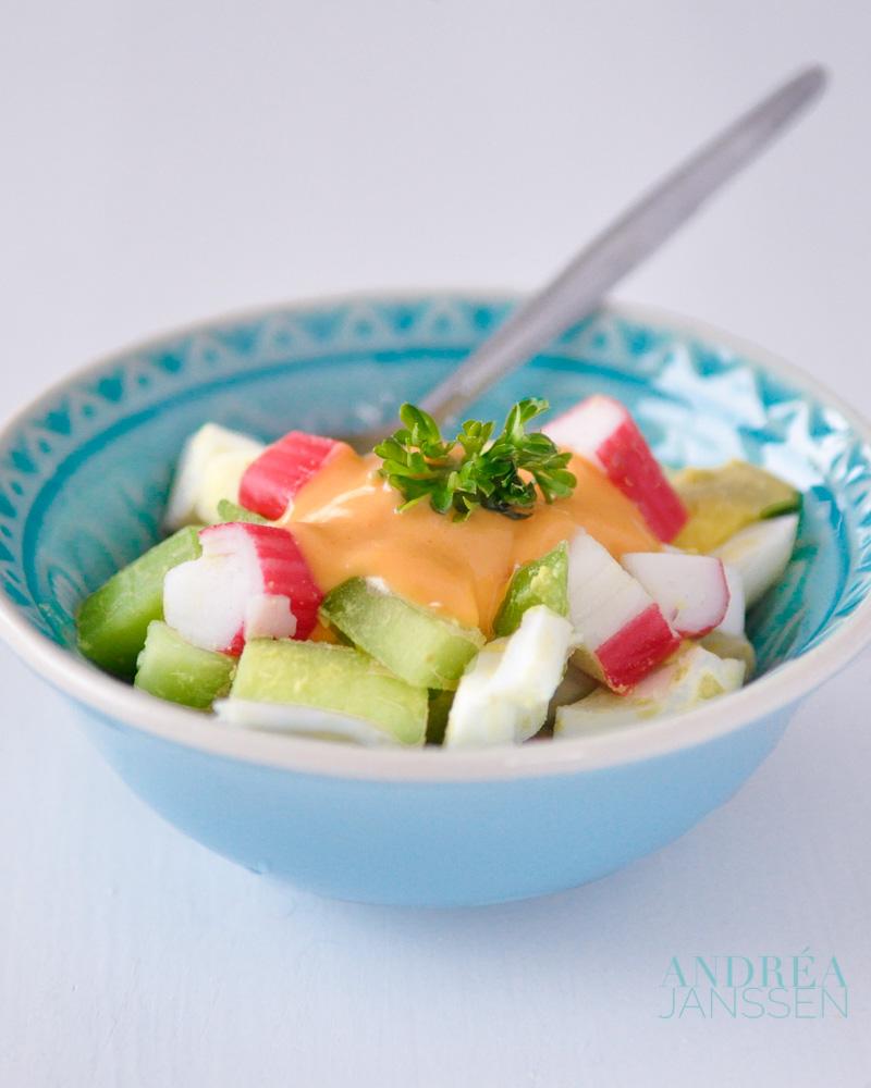 surimi salade met zelfgemaakte cocktail saus-bewerkt