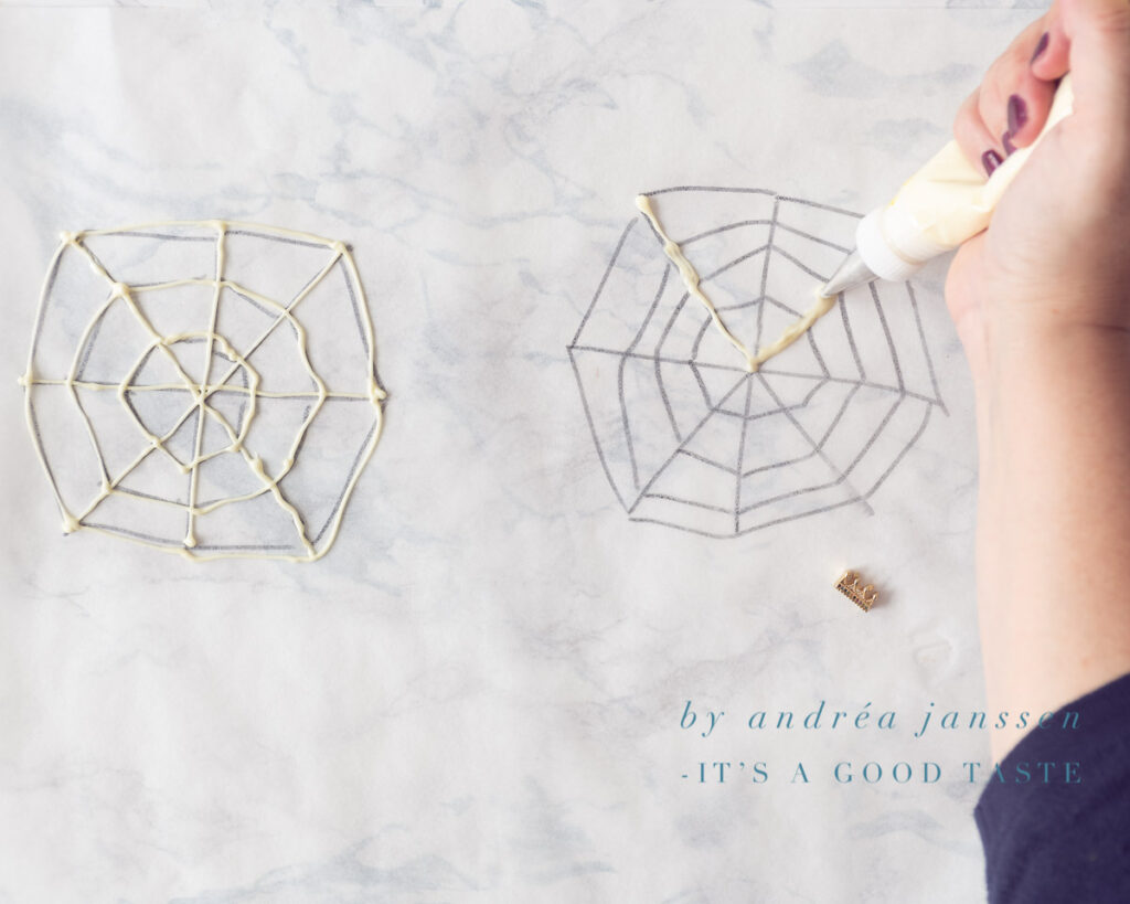 Maak met witte chocolade spinnenwebben