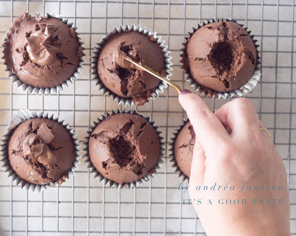 Vul de opening in de cupcakes met Nutella