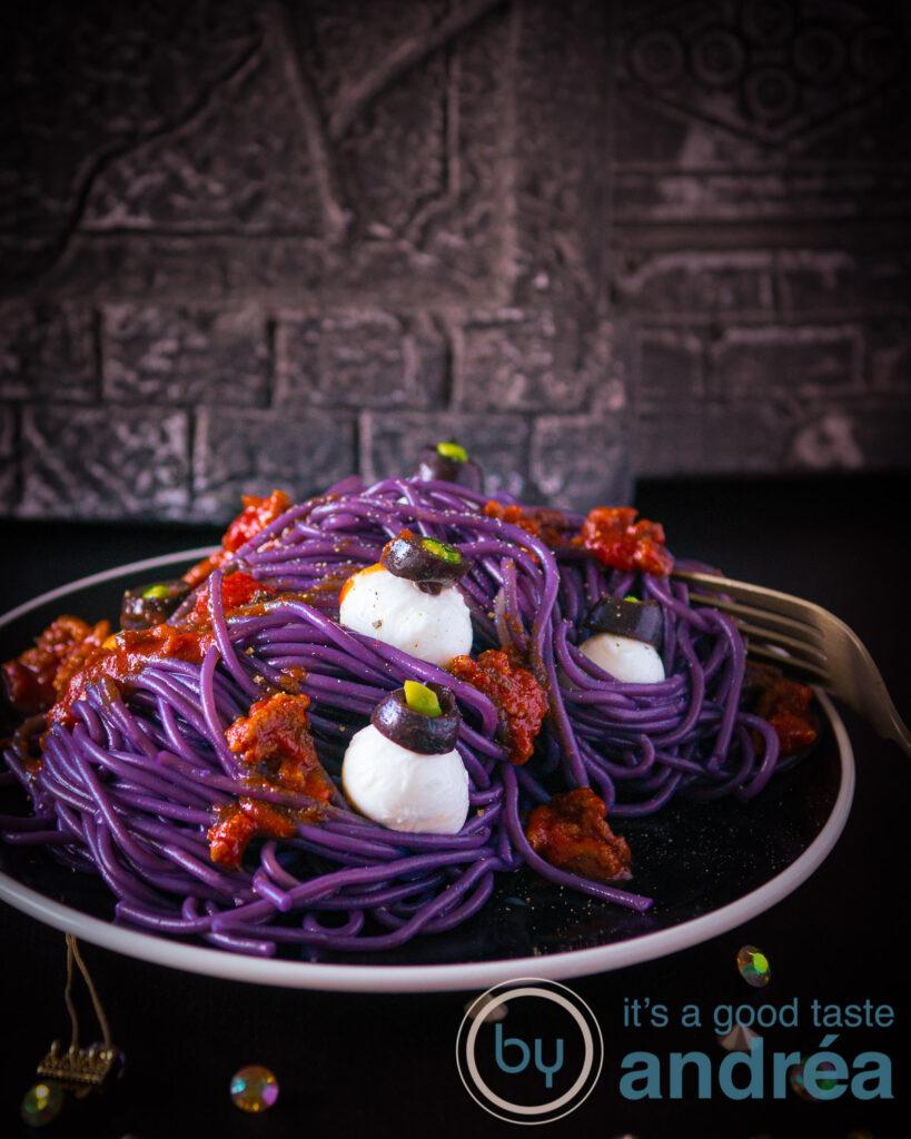 bord paarse spaghetti met ogen