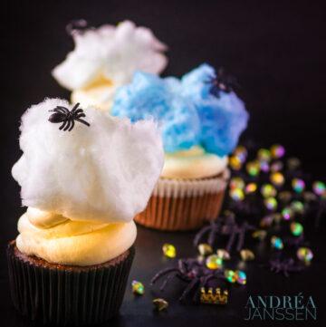 Spinnen cupcakes met mascarpone frosting en suikerspin