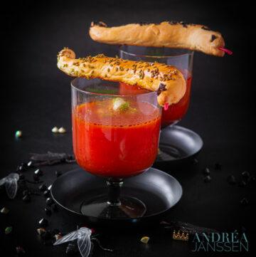 Tomaten prei soep met slissende slangen