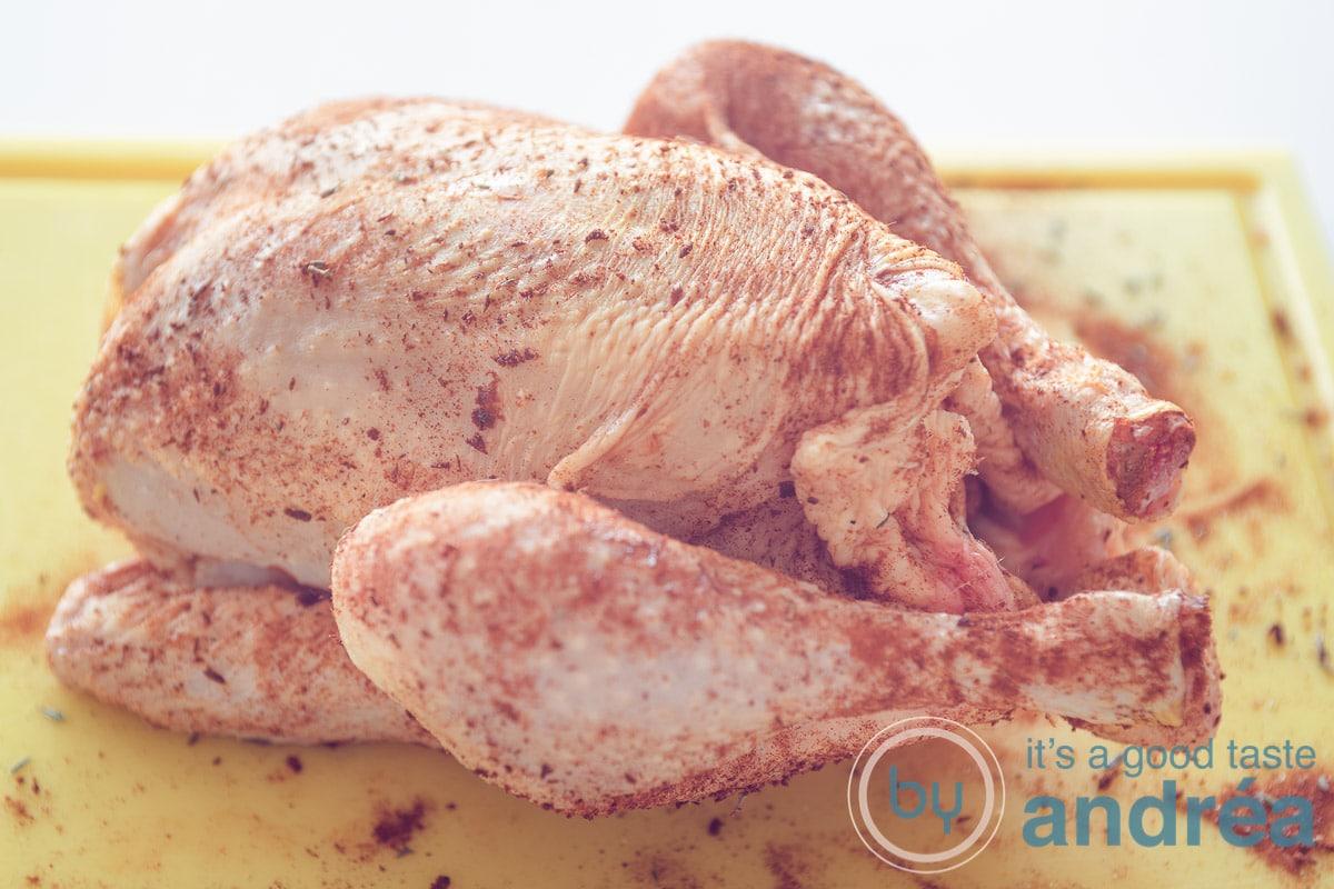 Een kip ingewreven met een kruidenmengsel