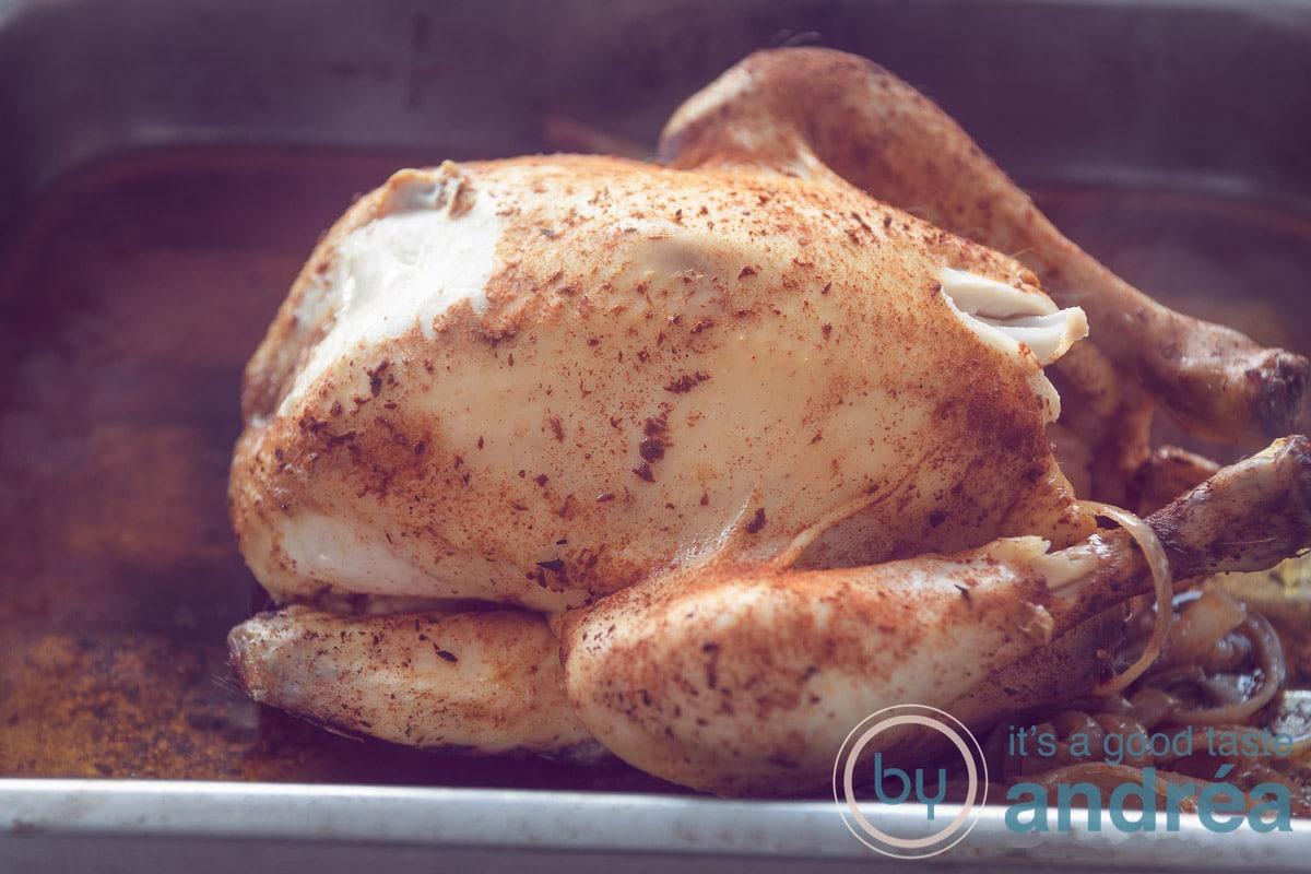 kip in ovenschaal met sappen en ui