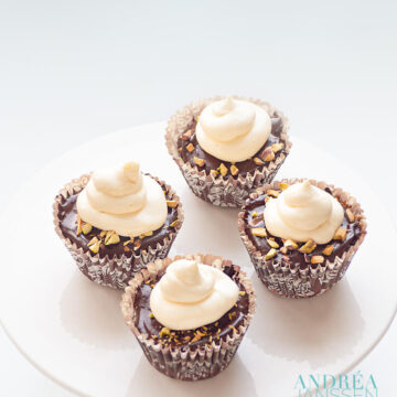 3 chocolade cupcakes - three chocolate cupcakes