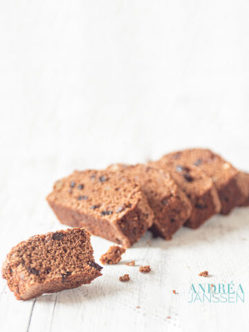 gingerbread cake with walnuts and currants