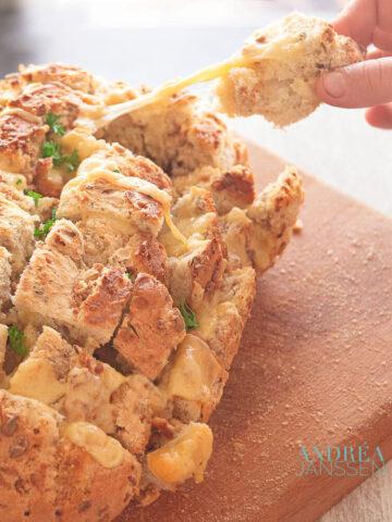 Pull apart brood met knoflookboter en kaas