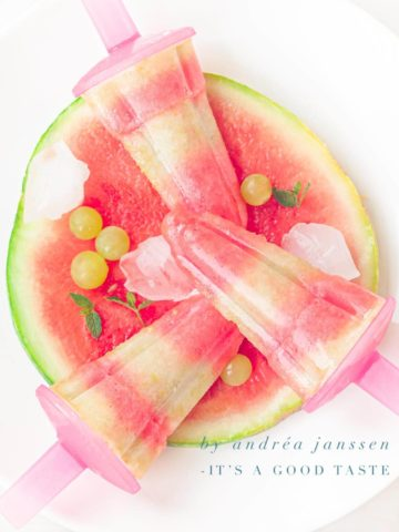 een schijf watermeloen met 3 watermeloen druif ijsjes
