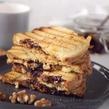 Grilled sandwich with Camembert