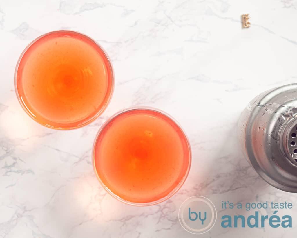 2 cosmopolitan cocktails in een glas