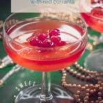 Cosmopolitan cocktail recipe {with red currants} in two glasses