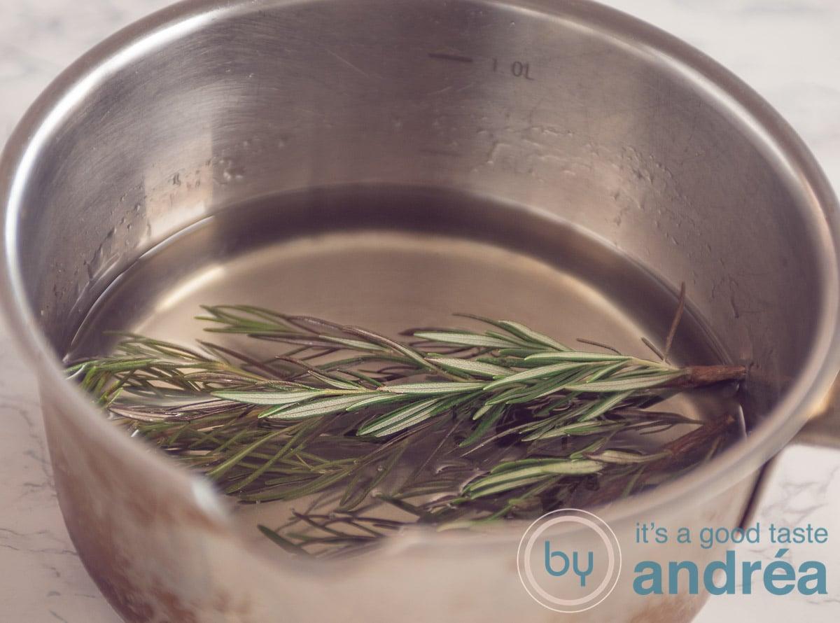 Een pan met suikerwater en rozemarijn
