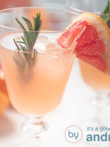 Vierkante uitsnede rozemarijn grapefruit cocktail