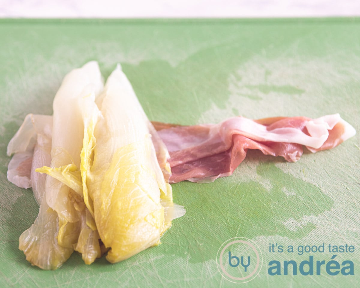 een plakje ham met een halve stronk witlof