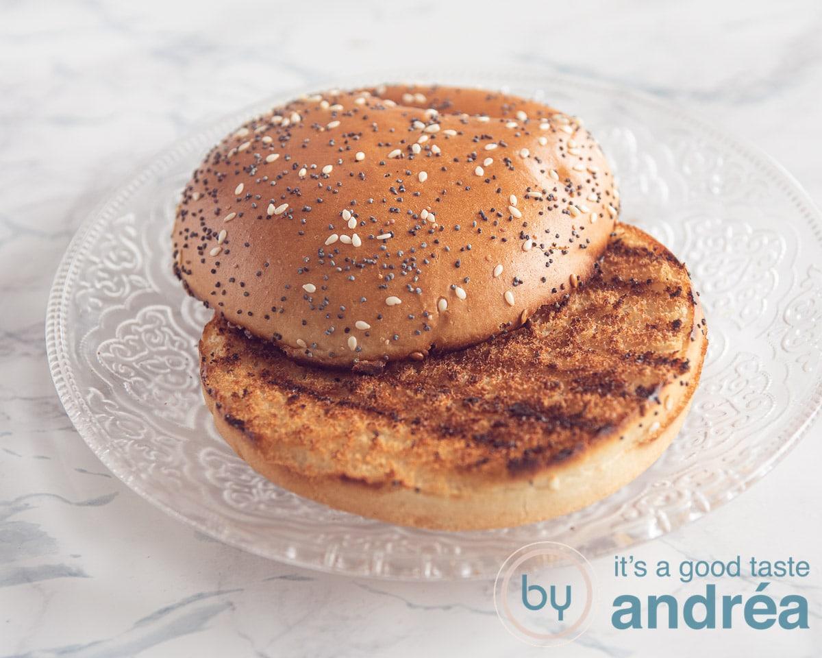 gegrild hamburgerbroodje op een glazen bord
