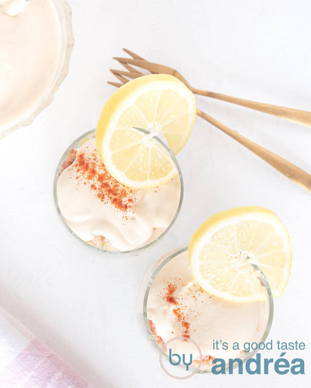 boven af genomen foto met twee glazen gevuld met een garnalen cocktail en whisky cocktail saus